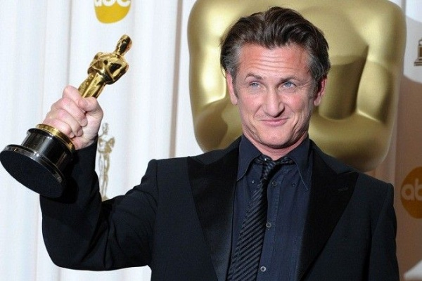 Best Actor winner Sean Penn poses with his trophy at the 81st Academy Awards at the Kodak Theater in Hollywood, California on February 22, 2009. AFP PHOTO Mark RALSTON